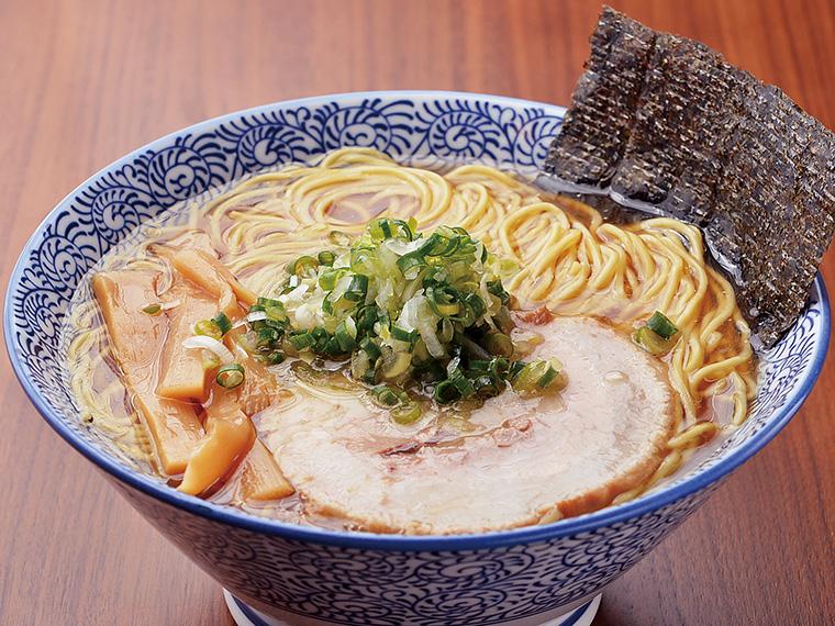 「醤油ラーメン」(690円)。動物と魚介からダシをとったWスープ!ストレート麺との相性も抜群で奥深い味わいが特長の一杯。写真は麺大盛り(+50円)