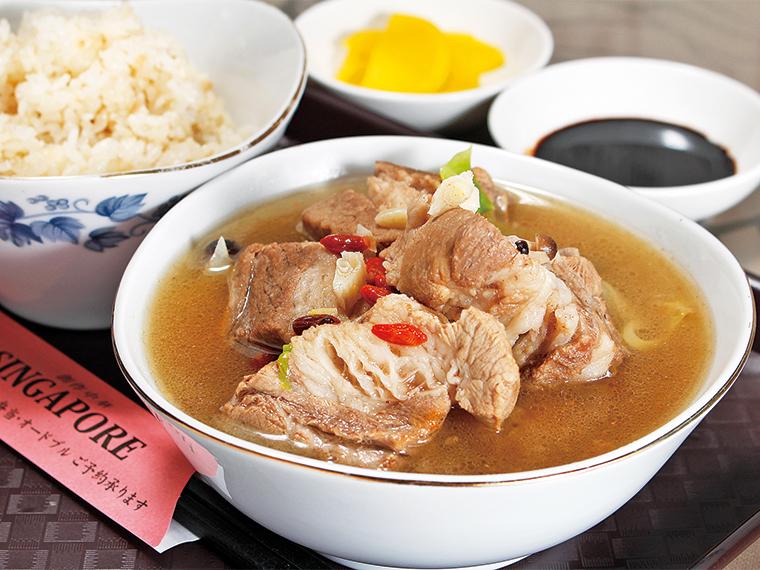 「肉骨茶(バクテー)ランチセット」(980円)。ご飯(香り米)、漬物、醤油が付く
