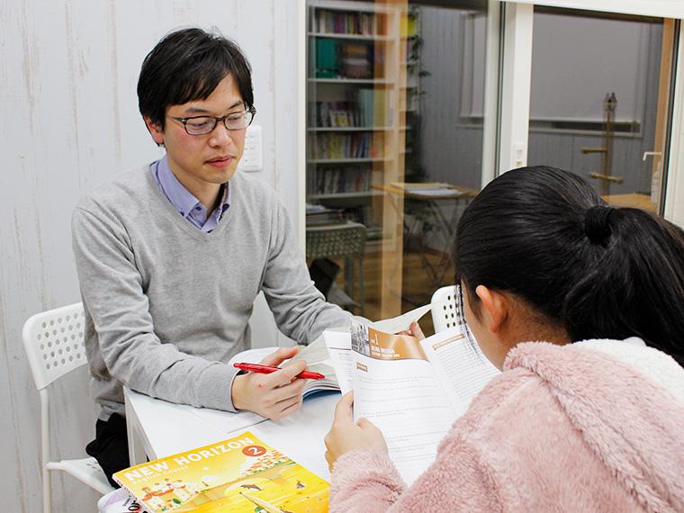 英検1級、留学経験もある本田先生。授業は少人数制なので一人ひとり丁寧に指導