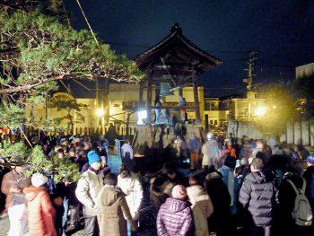 会津・七日町で甘酒片手に新年のカウントダウン!除夜の鐘もつける