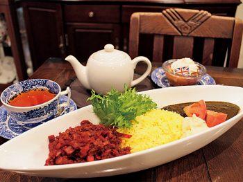 赤と黒2種のスパイスカレーを紅茶とともに味わう