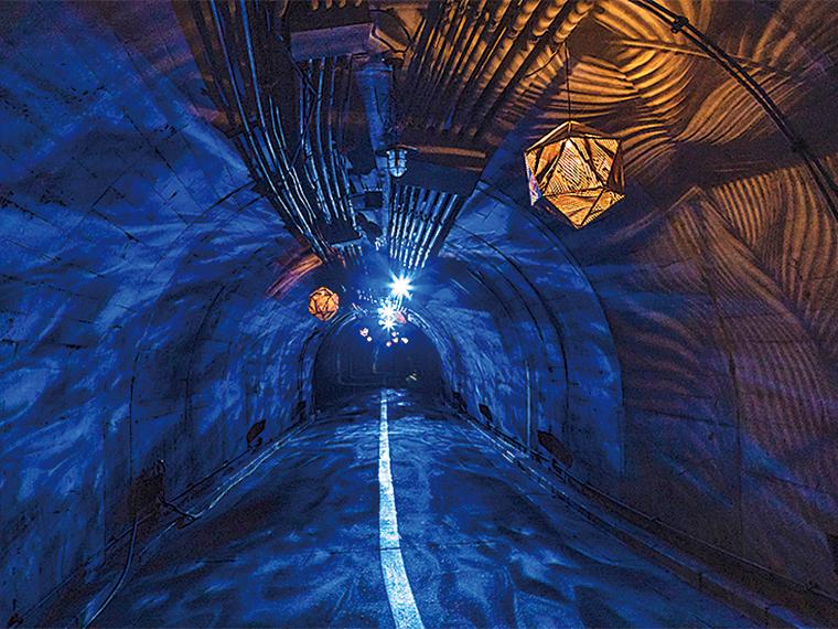 袋田の滝へと続く「光のトンネル」