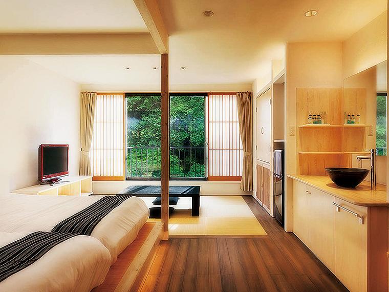 有名建築家とデザイナーがプロデュースしたデザイナーズルーム「庄助浪漫亭」の室内の一例