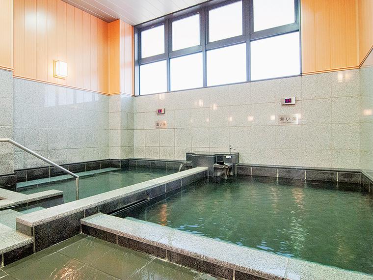 左側の「温(ぬる)い湯」で身体を慣らしてから「熱い湯」に入浴するのがおすすめ