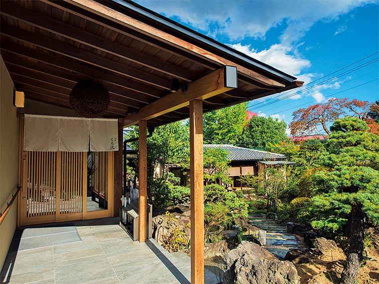 写真奥の離れにある和室からは庭園を眺めながら食事を楽しめる