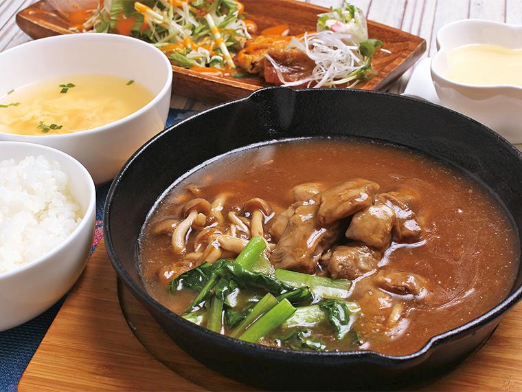 「豚ナンコツ トロトロ煮込み」(920円)。前菜3種、サラダ、スープ、ご飯、杏仁豆腐付き