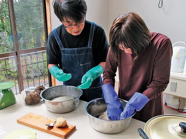 矢祭町では、特産品のこんにゃく芋を使った手作りこんにゃく体験も実施している(昼食付き3,000円)。2019年2月下旬まで開催予定。詳しくは「まちの駅やまつり」のホームページを参照
