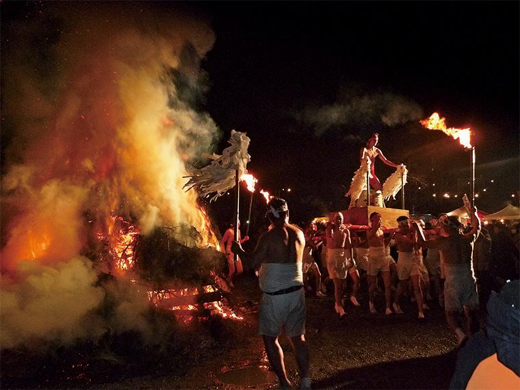 燃えさかる大採灯護摩をまわる「青年裸神輿」は圧巻