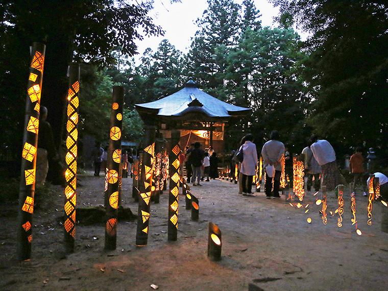 幻想的な竹灯籠の灯りは心が和む