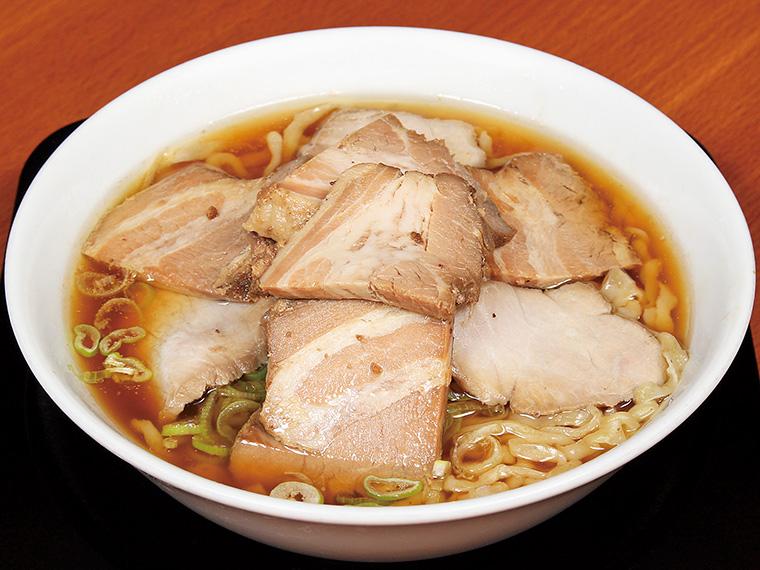 「ちゃーしゅーめん」(1,100円)。鶏と魚介が香るシンプルな醤油ラーメン。スープまで飲み干したくなるあっさりとした味わいだ。お好みで黒胡椒をどうぞ