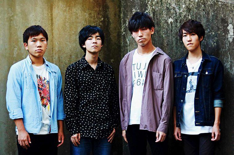 左から黒沢伸ニ(Dr)、加藤大稀(Gt)、庄司康平(Vo&Gt)、伊藤大晟(Ba)