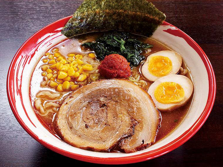 「節系辛味噌らーめん」(890円)。この辛味噌は店主が選んだ青森県産の極上ニンニクを使用し、唐辛子や数種類の調味料をブレンド。節系スープにも相性抜群