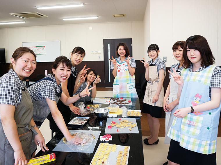 2018年夏、入社1年未満の女性社員を対象に開催した女性セミナー。初対面のメンバーが多かったため、前半はお菓子作りを通じて親睦を深め、後半はしっかり接遇を学んだ