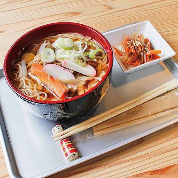 特産の白石温麺で作る、具だくさんの「けんちん温麺」(860円)
