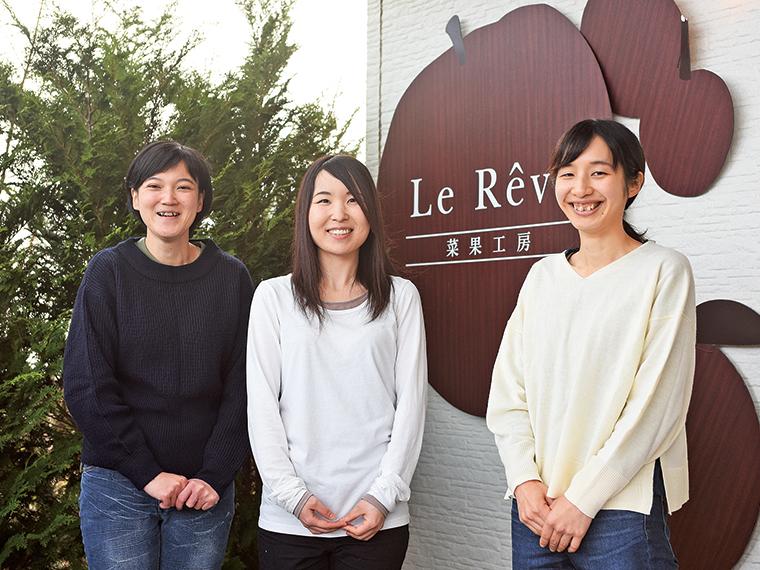 写真左から製造一課の斎藤友美さんと小池華江さん、製造二課の渡邉麗奈さん。全員が中途採用でキャリアは5年以上になるという。小池さんは、2歳のお子さんのママでもある