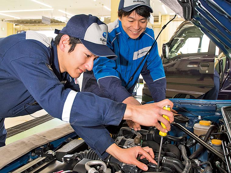 メカニック(サービススタッフ)。車の点検・修理・整備を行うほか、作業内容について分かりやすく説明するなど来店客と話す機会も多い