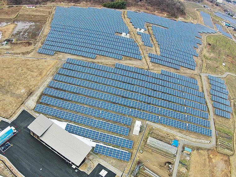 広大な敷地一面に広がる自社の太陽光発電システム。隣には一望できる見学学習館(さいえねパーク)も完備