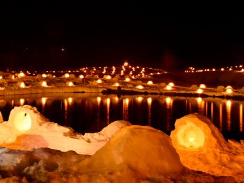小さなかまくらに灯された光が、雪の下郷町を彩る