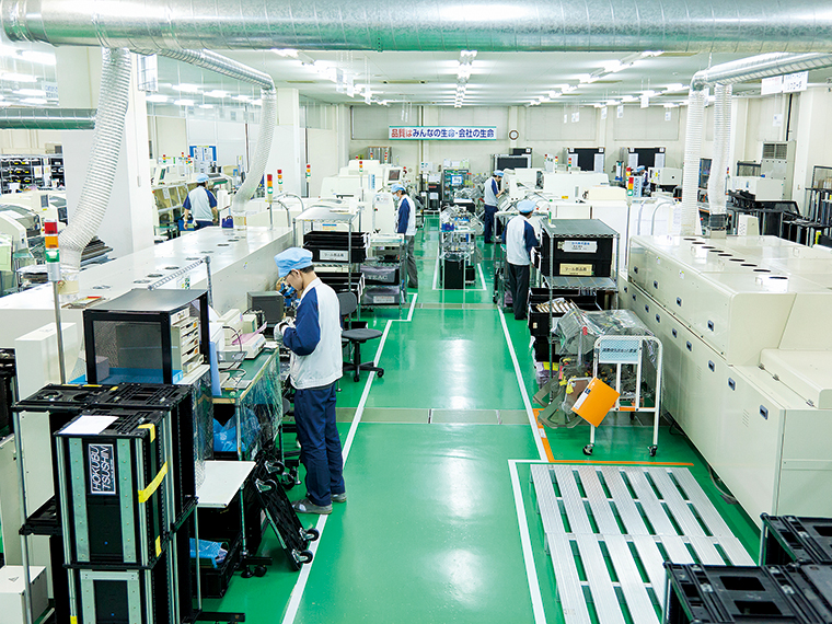 OA・事務機器をはじめ、プリント回路基板の部品実装を行うラインが並ぶ