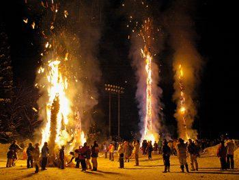 雪を照らす「サイの神」の炎を見に三島町へ