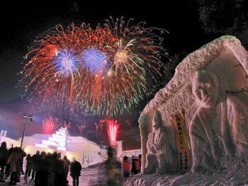 只見町に大雪像が出現!冬の夜空を彩る花火や「厄払いの儀」も堪能しよう
