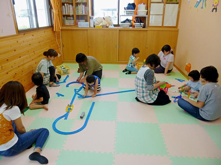 親子教室では、遊びを通じて周囲とのかかわり方を経験できる