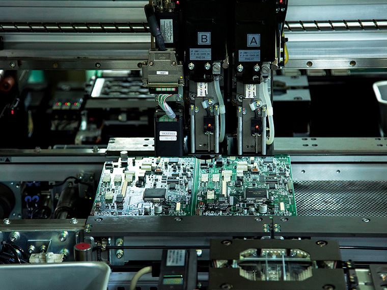 プリント回路基板を製造しているところ。微細で高密度の実装にも対応する
