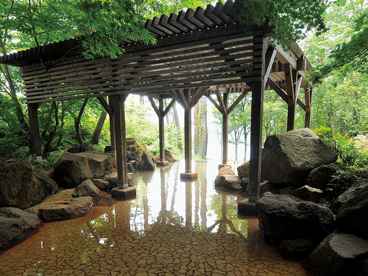 女性用の露天風呂は木々に囲まれた幻想的な雰囲気です