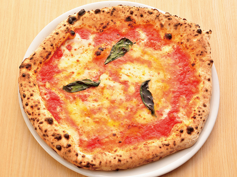 ピッツァ好きなら注文必須の「マルゲリータ」(1,512円)。イタリアの太陽が育てたトマトに塩のみを加えてうまみを凝縮させたソースと、コクのあるモッツァレラチーズにバジルが香る自慢の一枚