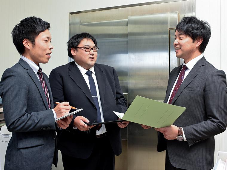 伊達崎支店長の湯川大樹さん(右)は日々職員とのコミュニケーションを大事にしている