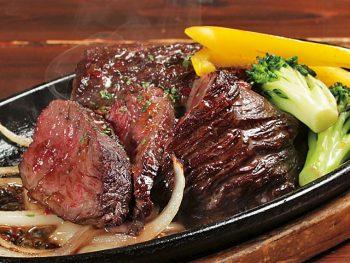 熱々の鉄板ステーキを贅沢に食べまくれ!