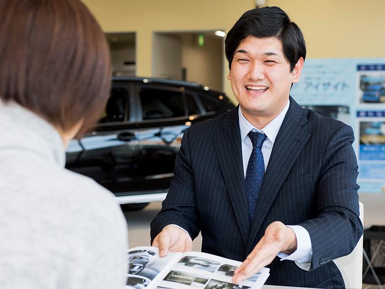 「自分の提案がお客様の喜びにつながり、笑顔が見られた瞬間はとてもうれしい」と語る澁谷さん。大学時代はアルバイト代を貯めて中古のレガシィを購入し、青春を共に過ごした