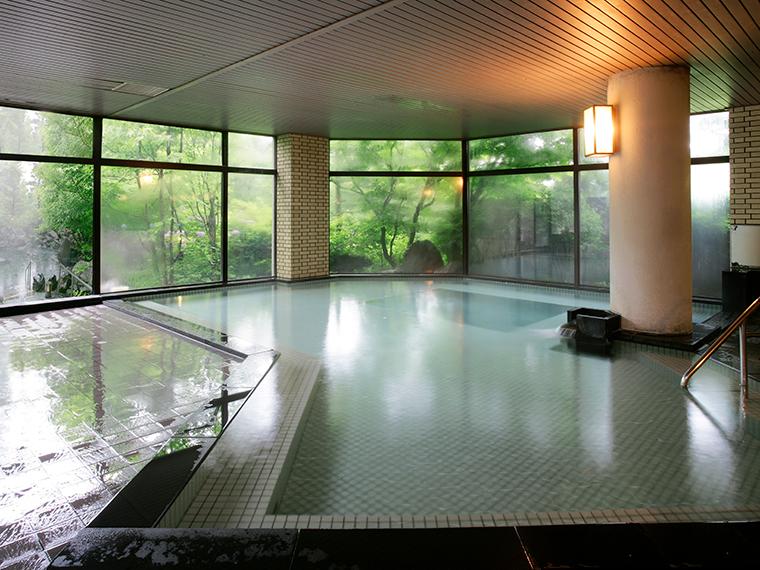大きな窓の大浴場、広々としていて気兼ねなく手足を伸ばして浸かれます