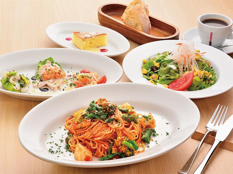 ランチはピッツァ4種、パスタ4種からメインを選ぶ。写真は「菜園風野菜のトマトソースパスタ」に、シェフの気まぐれサラダかスープまたは前菜3種盛りのいずれかとデザート&カフェが付くBコース(1,620円)の例