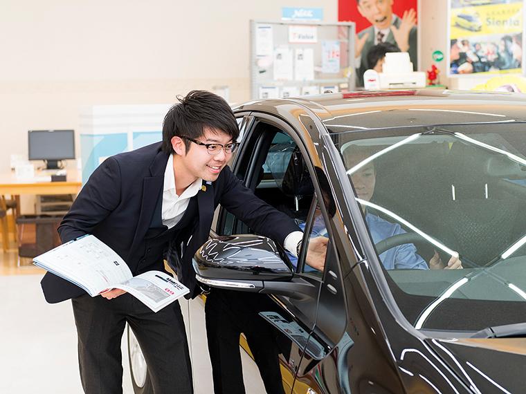 営業の安藤仁さん。カーディーラーの仕事を通して、人間として成長させてもらっていると語る
