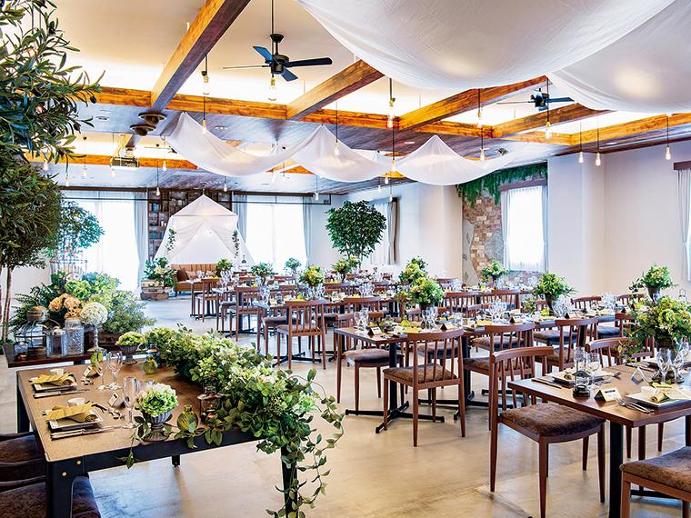 2018年8月にオープンした、県内初スタイルのカジュアルバンケット会場「ビクトワール」。カフェのようなインテリアにグリーンが彩りを添え、オシャレと心地よさの両方を叶える空間だ
