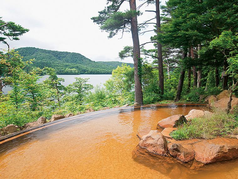 桧原湖が眼前に広がる男湯の露天風呂、この上ない開放感です