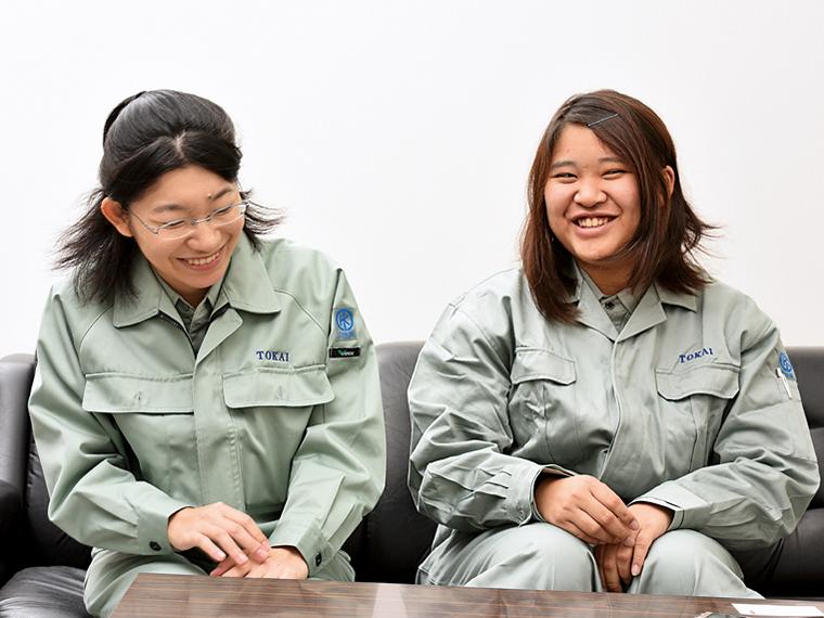 製造部の佐藤彩さん(写真右)と技術部の今井真由美さん(写真左)。女性が働きやすい環境が整っているとともに、女性ならではの繊細さや正確さなどの実力を発揮できる