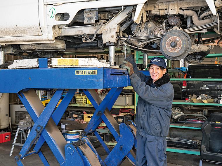 車が好きという成田達之さんは「廃車のパーツを復活させられるのがうれしい」と笑顔
