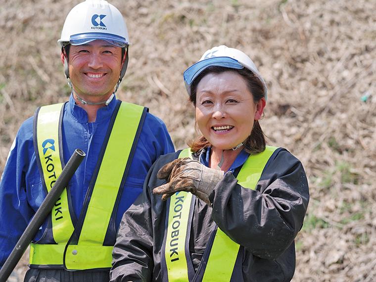 細やかな配慮の仕事ぶりが多くのスタッフに信頼され、重要な存在を担う女性職長(右)
