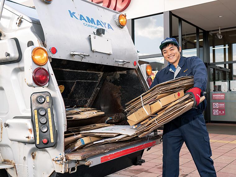 古紙を回収する佐藤暢高さん。「古紙の山を回収車にすべて積み終えたときは達成感があります」と晴れやかな表情だ