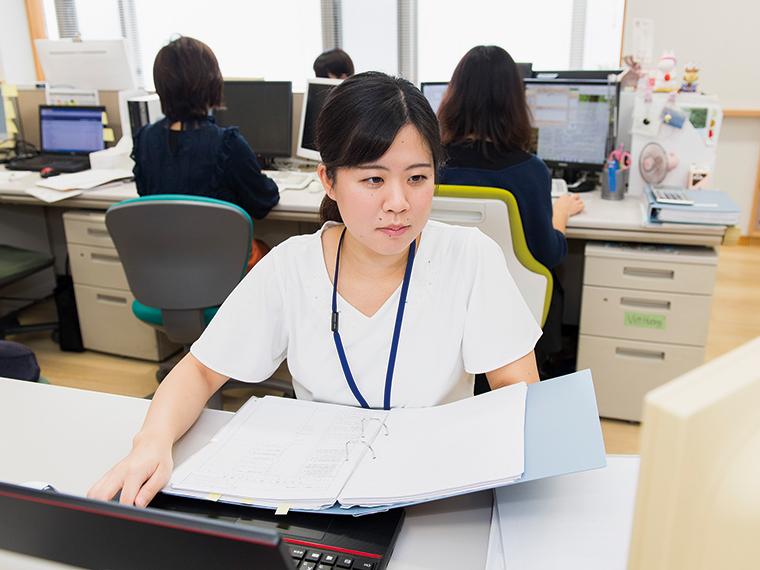 法人事業部の鈴木麗加さん。クライアントの決算申告書を作成し、その内容を確認