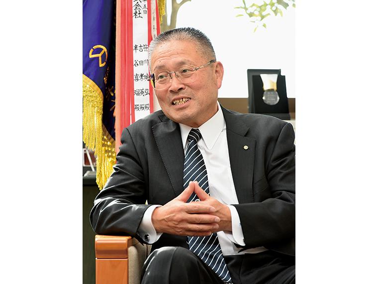 東開工業代表のかたわら、福島県溶接協会の会長を務める伊藤社長。優れた技術力の継承と人材育成に尽力する
