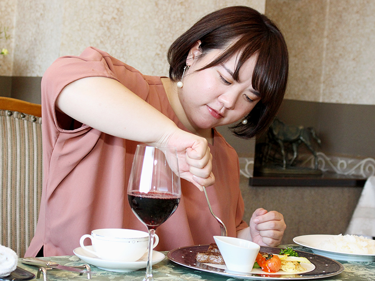 (あっ!なんてバカな食べ方を!)「ザクッ」