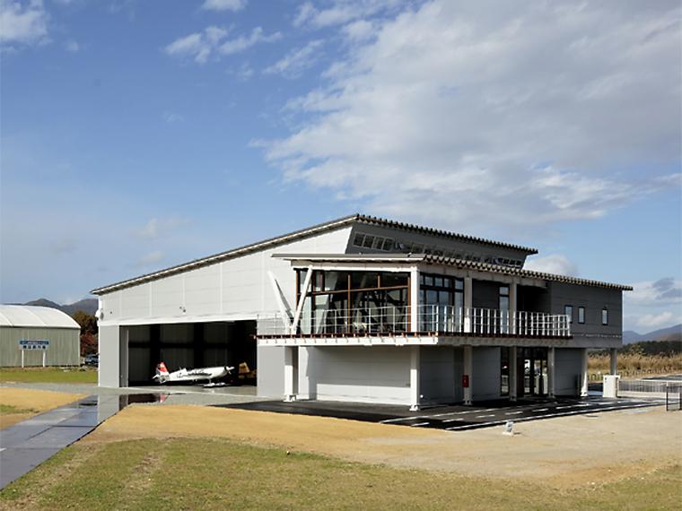 2018年11月、「ふくしまスカイパーク」内に完成した航空機展示場。一般公開イベントの際は曲技飛行専用機を間近で見ることができる。5月からは「空ラボ」も開講