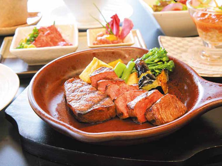 ランチでステーキも生肉も食べたい方には「米沢牛ステーキ2種盛り&牛生食プレミアムコース」(5,800円・税別)がオススメ