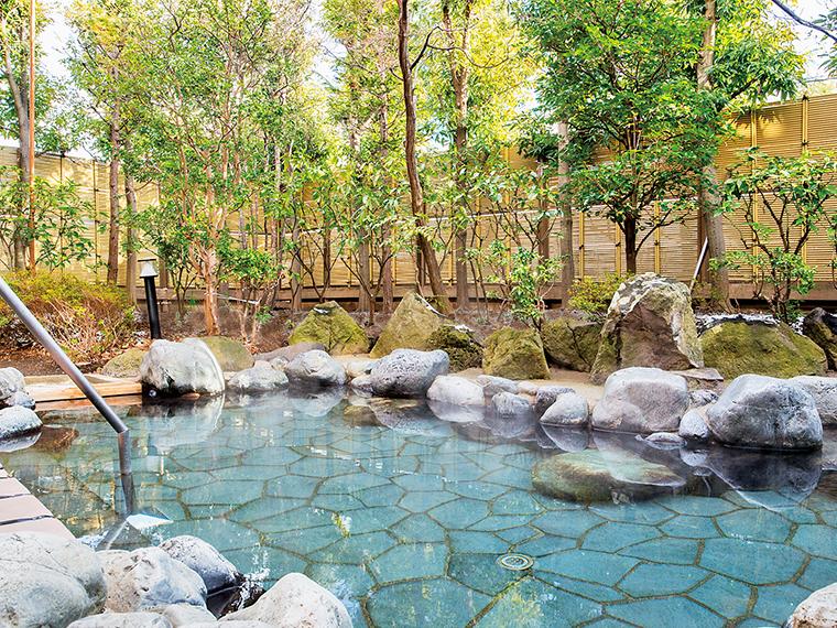 市街地でもゆったりとくつろげる露天風呂で源泉かけ流しの温泉を満喫