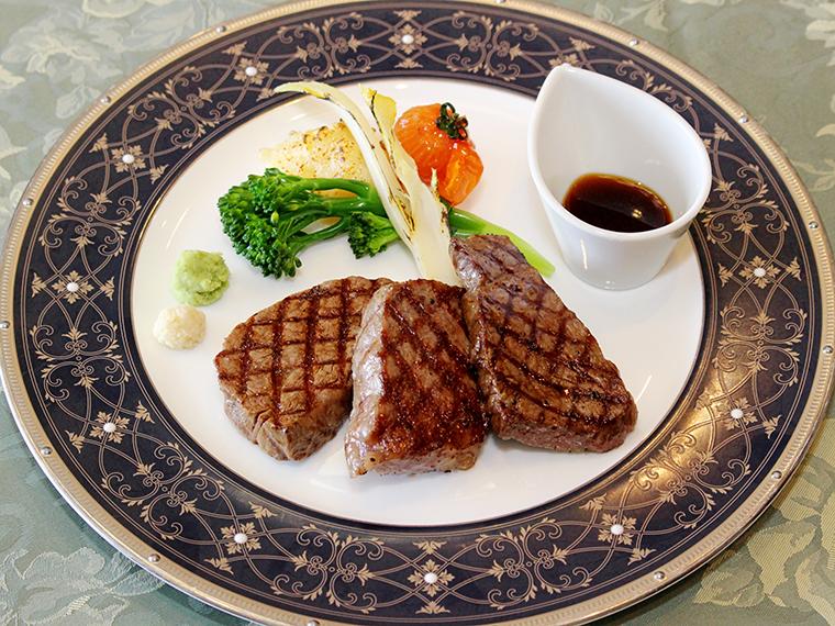 「米沢牛ステーキ3種盛合せ」(単品7,500円)。左からフィレ、サーロイン、ランプが各50g