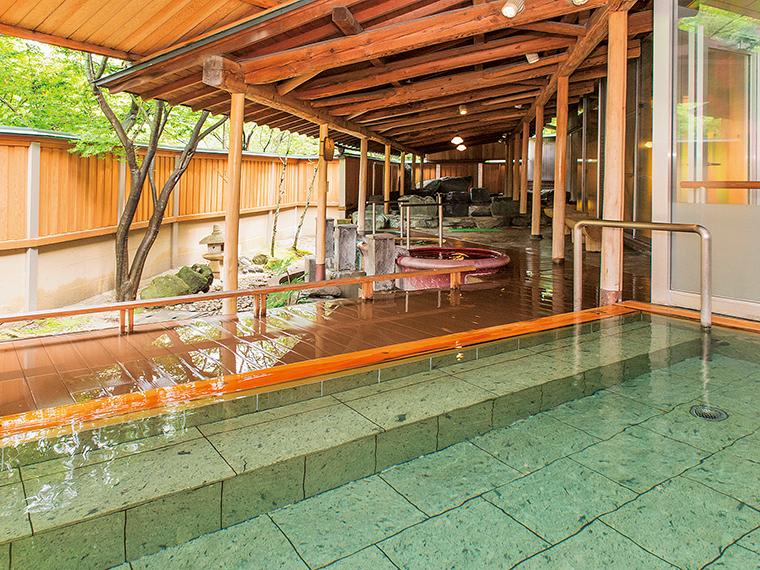 1階にある「庭園露天風呂」では、13種類の露天風呂と6種類の内風呂があり、変化に富んだ楽しみ方ができます