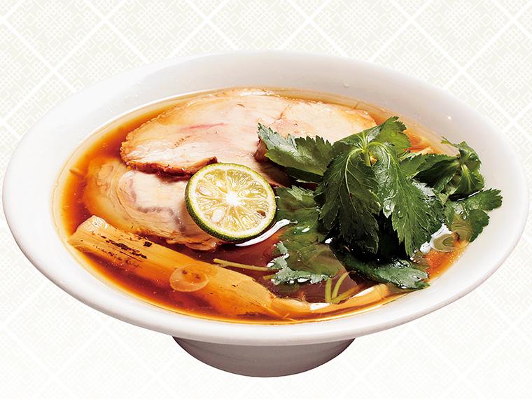 「醤油の純鶏ソバ」(800円)。厚めに切られた千住ネギは、ほのかな甘みがある。スダチ、三ツ葉を合わせて食べると、スッキリとした後味に変わる